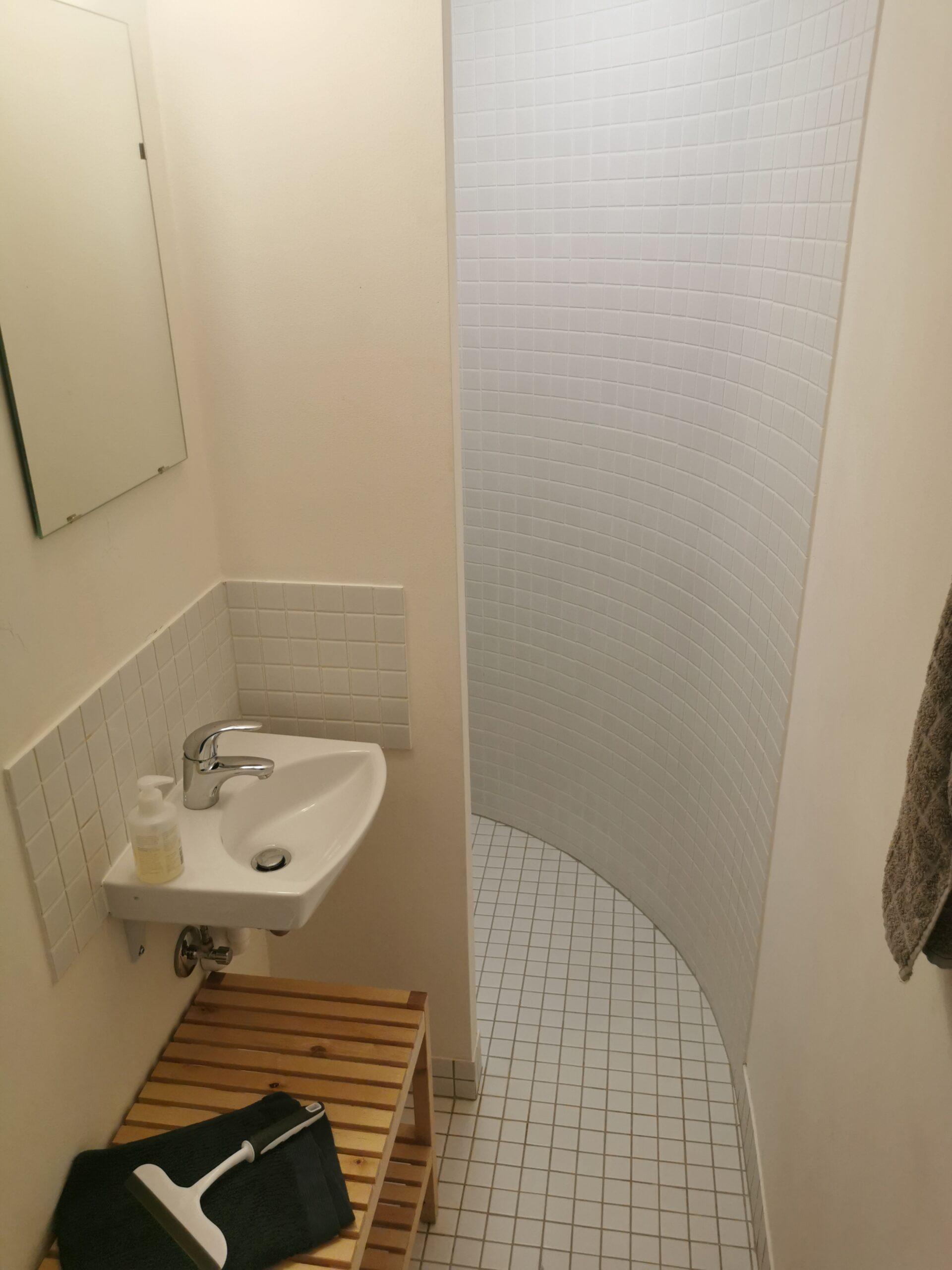badeværelse i stueetagen